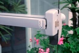Barra antipânico em porta de vidro