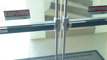 Barra antipânico em porta de vidro temperado