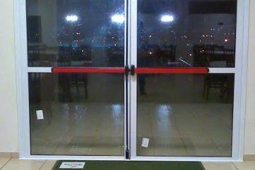 Barras antipânico em porta de vidro