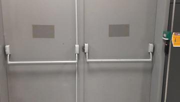Contraste de cor entre a barra antipânico e a porta