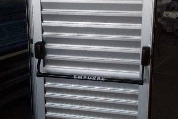 Barras antipânico em porta de alumínio