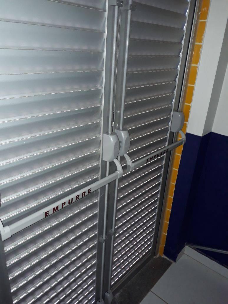 barra antipânico dupla em porta de alumínio